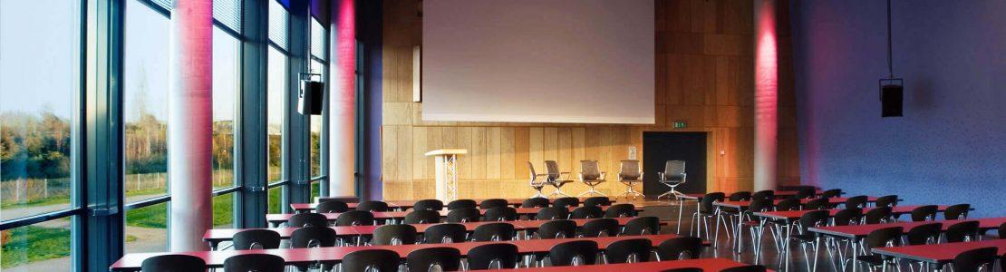 KOMED Veranstaltungen - Der KOMED-Saal mit Reihenbestuhlung